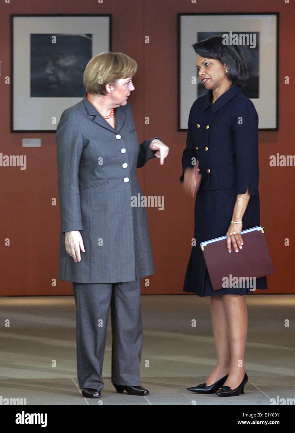 Chancellor Angela Merkel welcomes US foreign minister Condoleezza Rice (30.03.2006). Foto: Michael Hanschke dpa/lbn - Stock Image