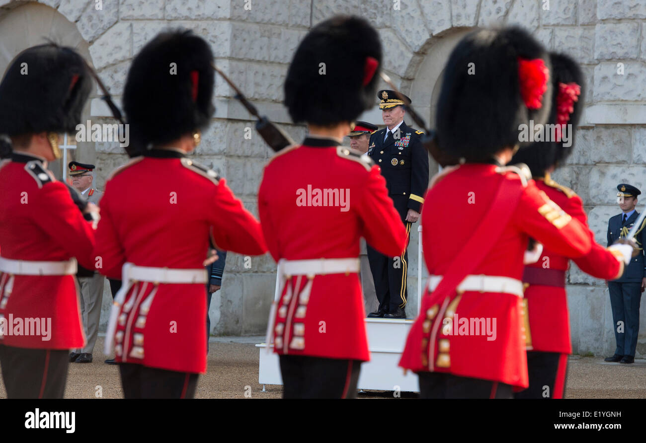 US Chairman of the Joint Chiefs Gen. Martin Dempsey, center left, inspects troops with U.K. Chief of Defense Staff - Stock Image