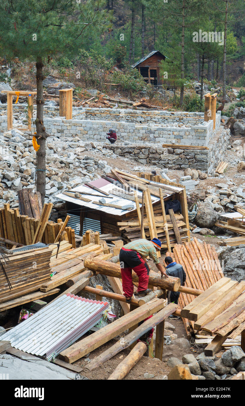 Nepal. Himalayas Sherpa men build several houses in the village of Nyanbua Thyang, Solukhumbu remote near Mt Everest - Stock Image
