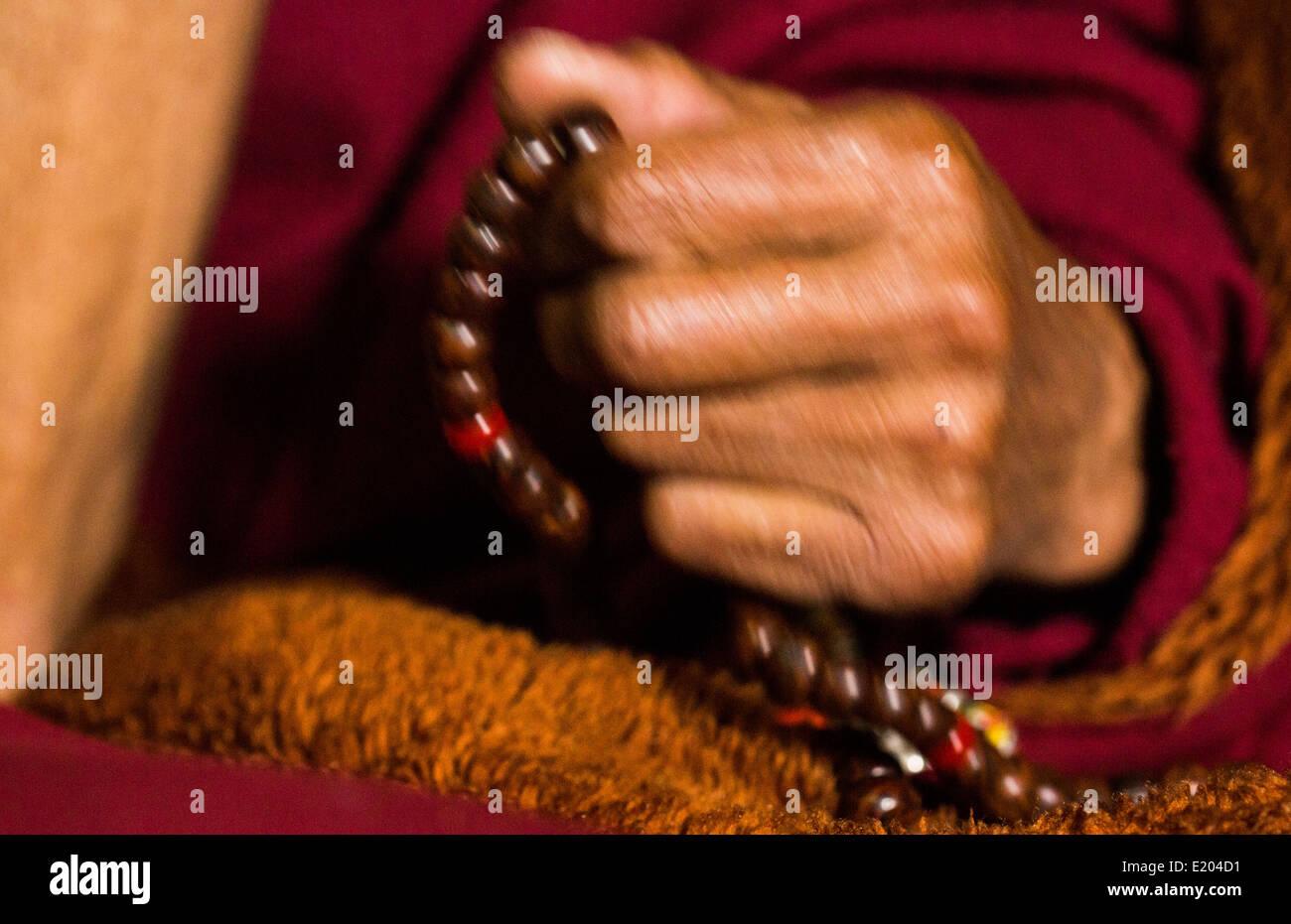 Nepal Himalayas Buddhist nun with prayer beads at the Kharigandentenphelling Monastery in the village of Thamo Solukhumbu - Stock Image