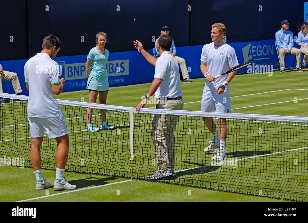 Coin toss at the sart of a mens singles match (Igor Sijsling v Dmitry Tursunov) at the Aegon Tennis Championships, - Stock Image