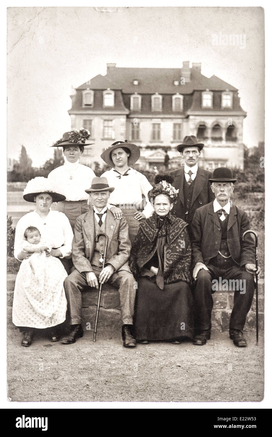 BERLIN, GERMANY - CIRCA 1900: old photography of a wealthy family with his house on background. - Stock Image
