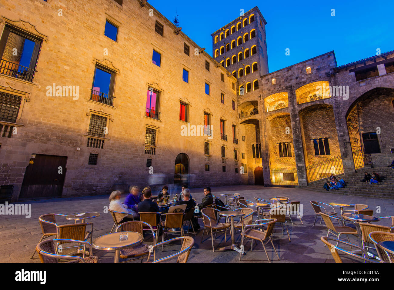 People seated in an outdoor cafe in Plaza del Rey or Placa del Rei, Barcelona, Catalonia, Spain - Stock Image