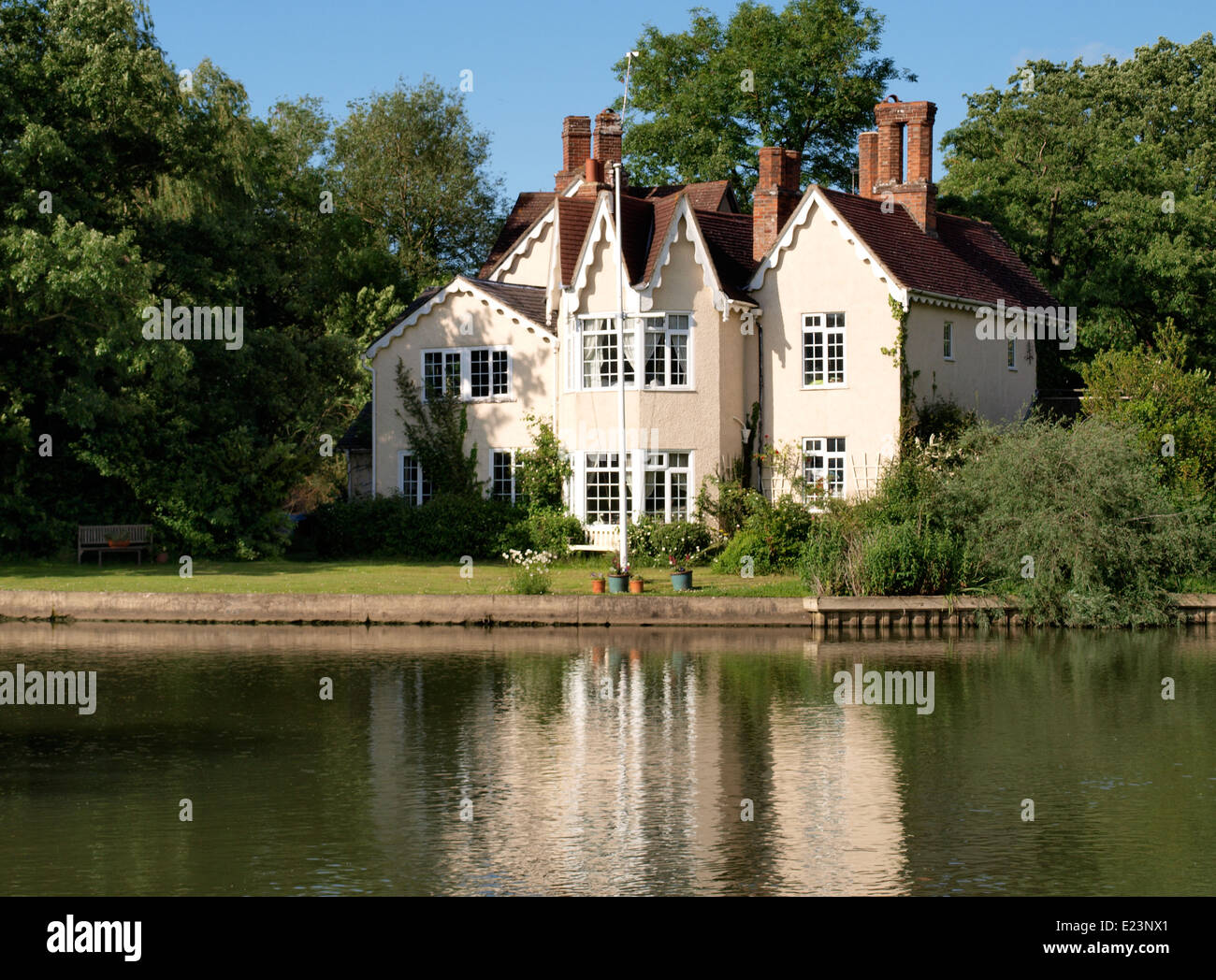 House on an island in the River Thames near Heyford Hill, Oxford, UK Stock Photo