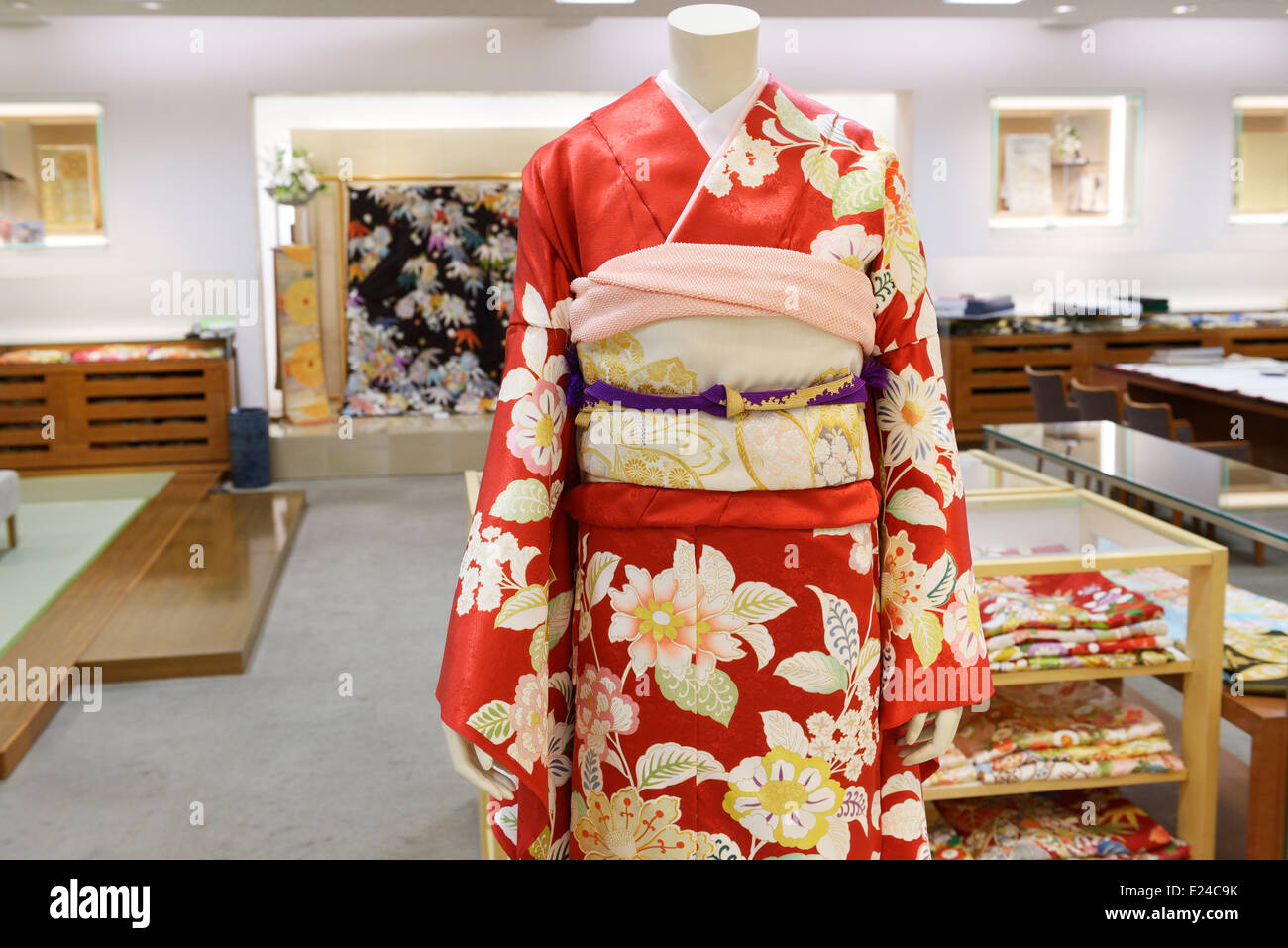 Red silk Japanese Kimono on a mannequin a store in Tokyo, Japan. - Stock Image