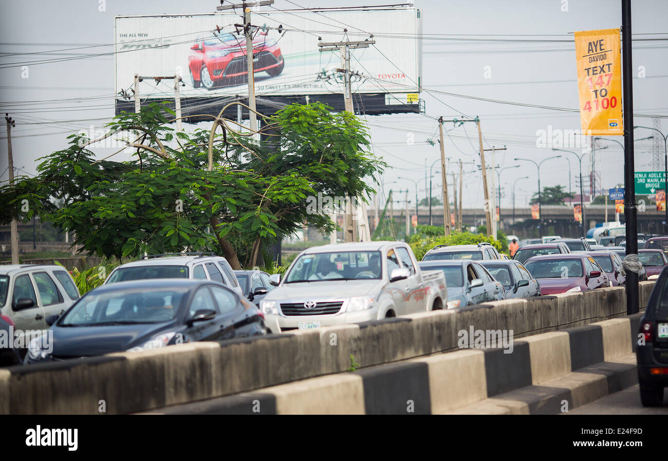 Lagos, Nigeria. 11th June, 2014. Cars are stuck in traffic in Lagos, Nigeria, 11 June 2014. With approximately 174 - Stock Image