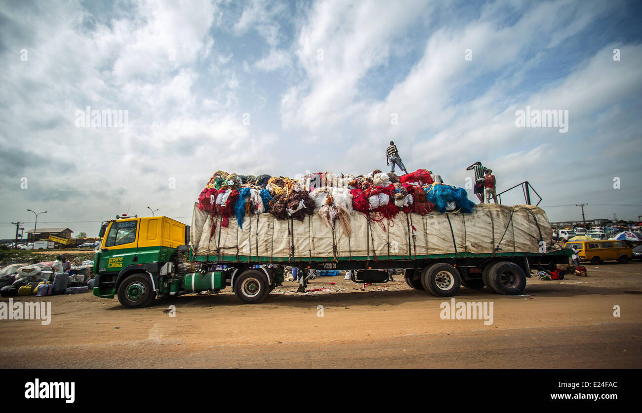 Lagos, Nigeria. 11th June, 2014. People load a truck in Lagos, Nigeria, 11 June 2014. With approximately 174 million - Stock Image