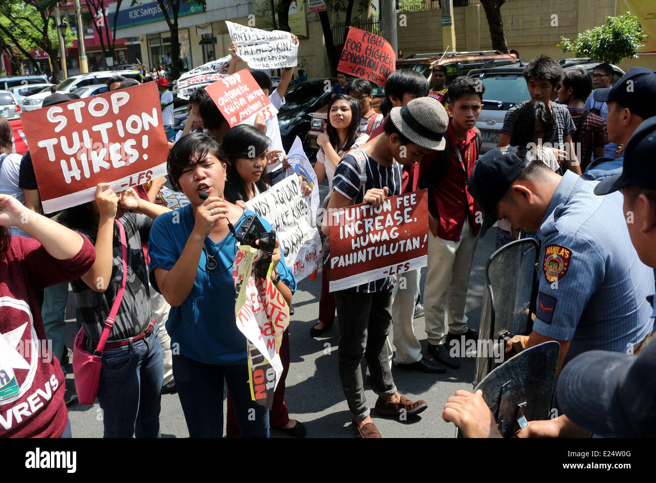 Manila, Philippines. 16th June, 2014. Militant youths and students clash to the members of civil disturbance management - Stock Image