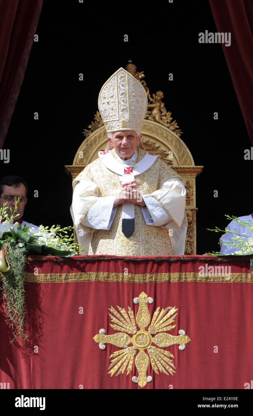 Pope Benedict XVI Delivers His Urbi Et Orbi Message And Blessing From The Central