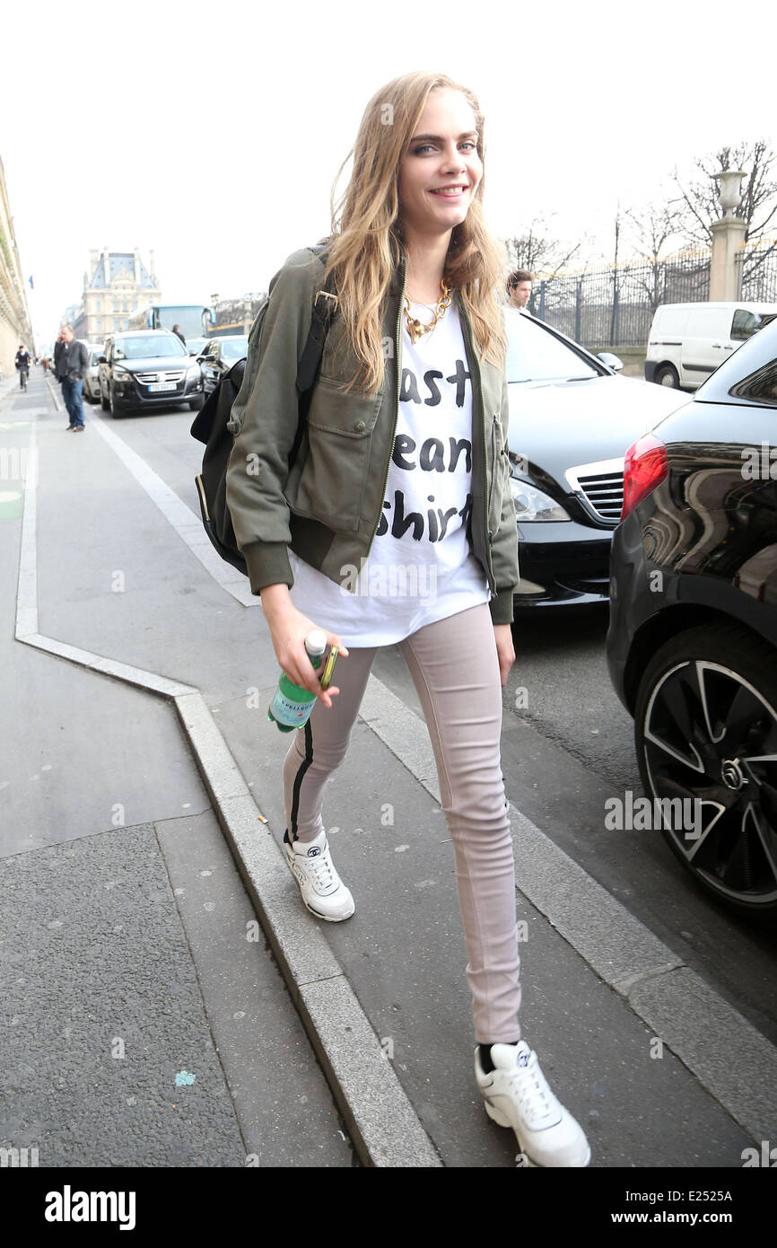 Cara Delevingne wears a t-shirt that says 'Last Clean t-shirt' as she meets Kate Moss, Jamie Hince and Lila - Stock Image