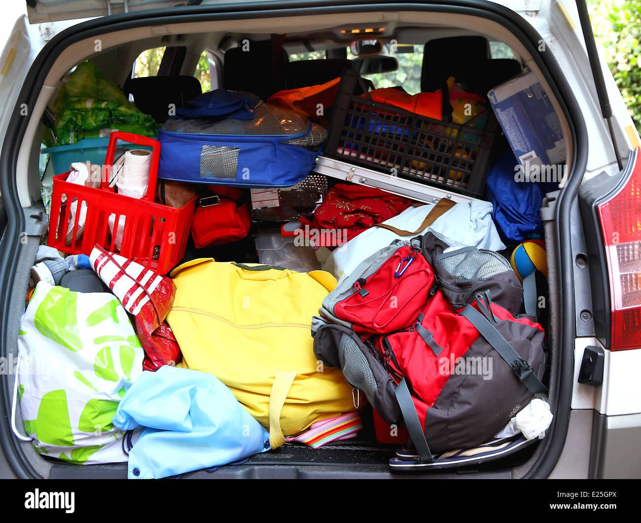 trunk very full of family before leaving for the holidays agoniate - Stock Image
