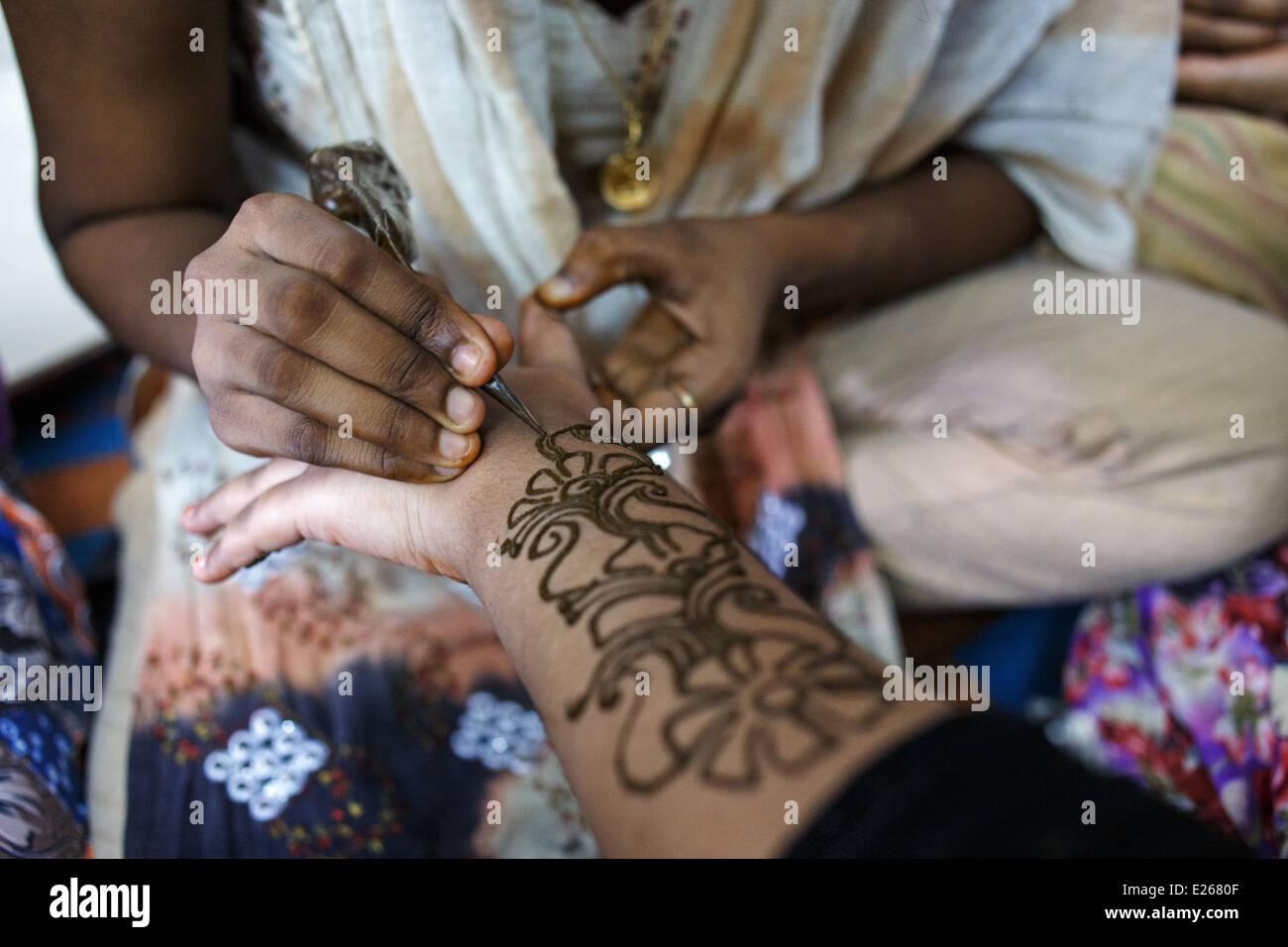 A mehndi (heena, henna) hand decoration in Kandivali area of Mumbai, India. - Stock Image