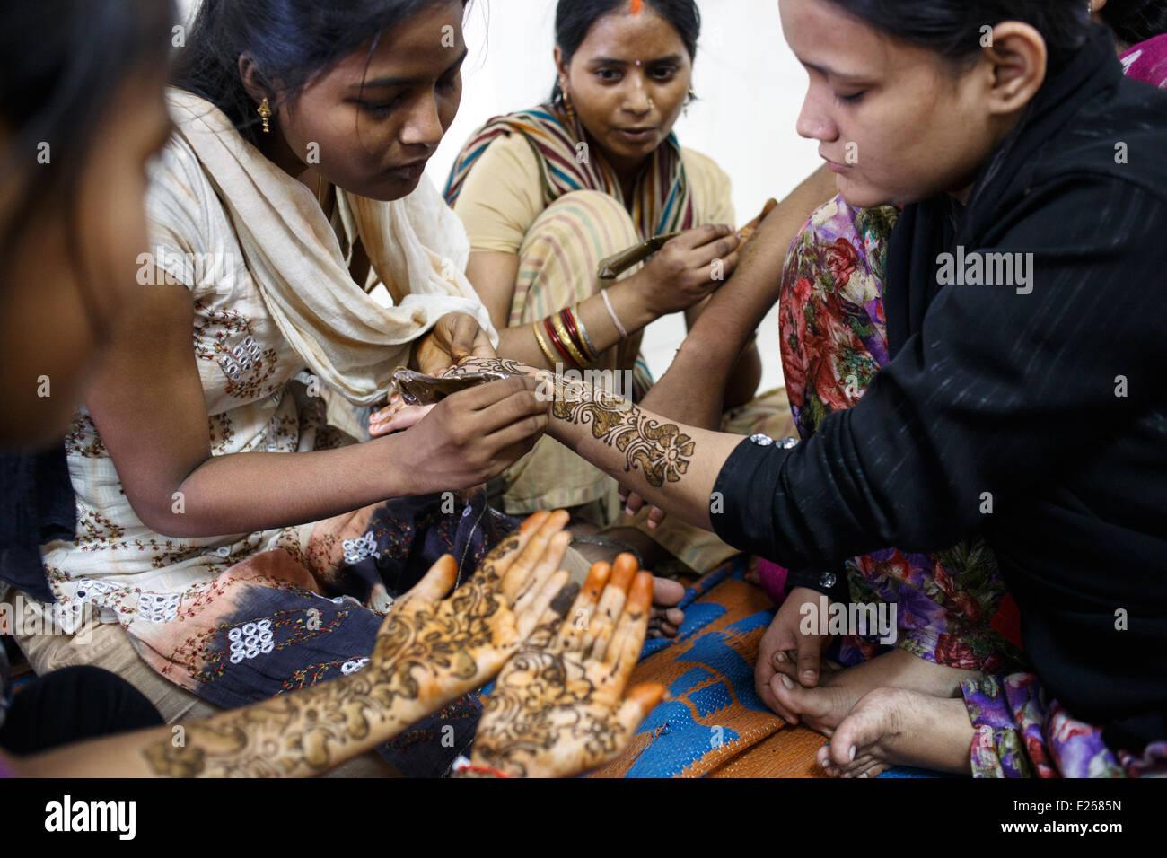 A mehndi (heena, henna) art class run by a local NGO in Kandivali area of Mumbai, India. - Stock Image