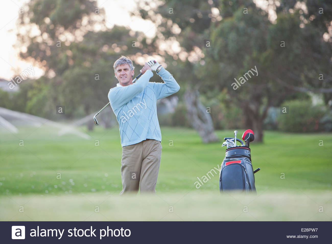 Man playing golf - Stock Image