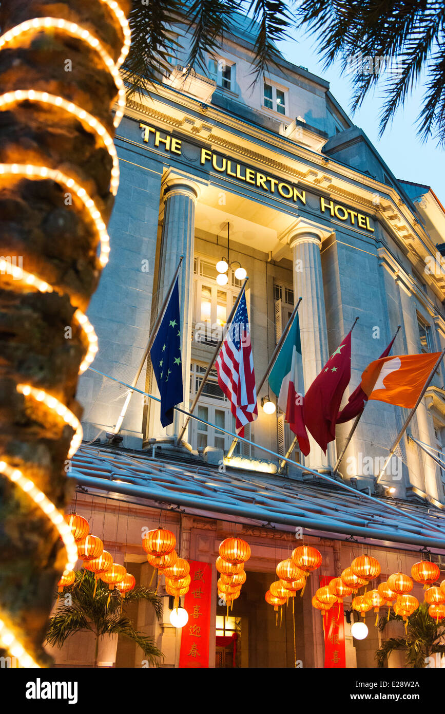 Facade of the Fullerton Hotel at dusk. - Stock Image