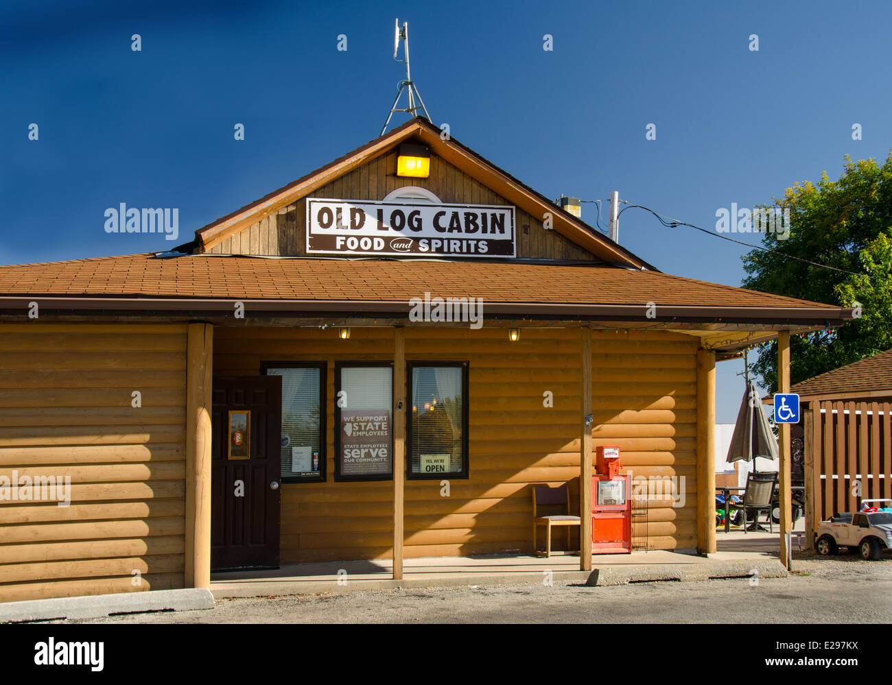 Old Log Cabin is a landmark restaurant along Route 66 in Pontiac, Illinois. - Stock Image