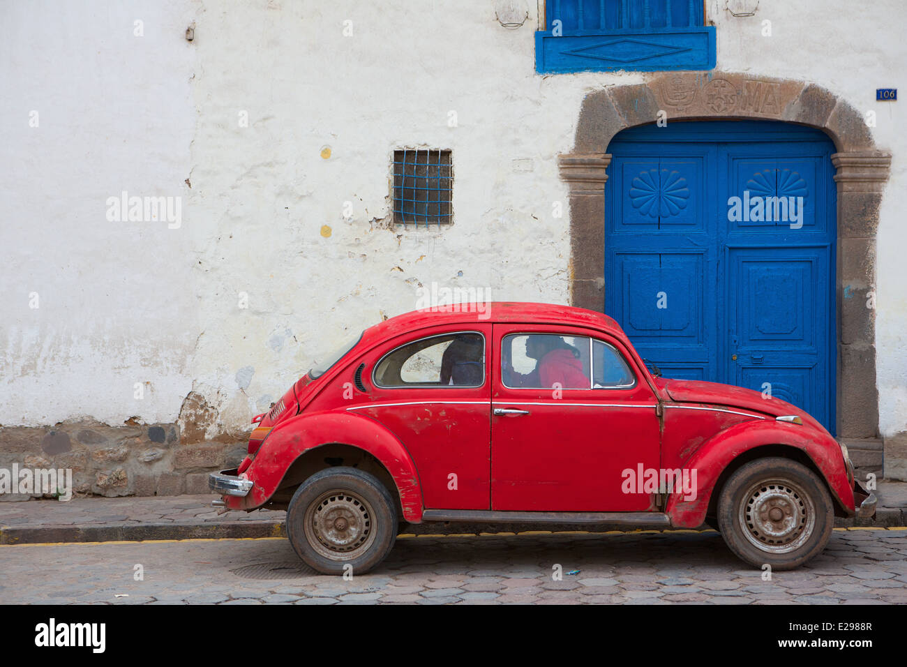 A pretty street scene with a VW Bug Cusco, Peru, the ancient seat of the Inca Empire high in the Andes. - Stock Image