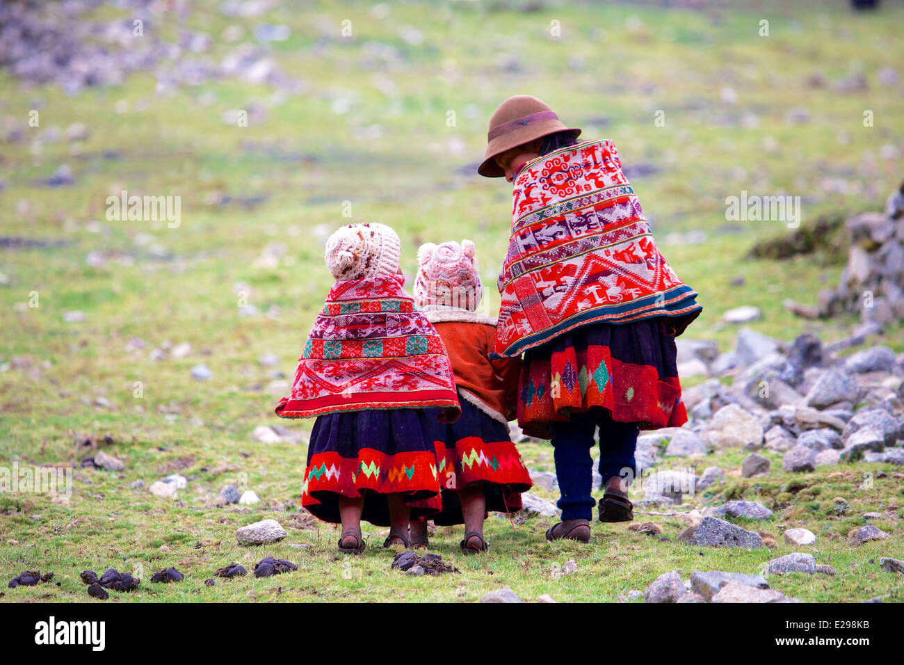 Sarita, Jesusa and Josephina, Quechua sisters of the Huacawasi Valley high in the Andes of Peru, South America - Stock Image
