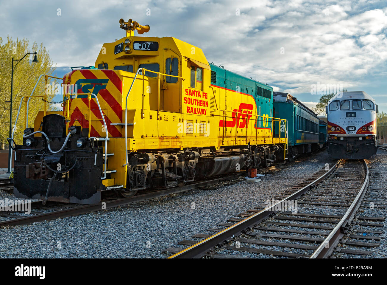 Santa Fe Southern Railway engine and Railrunner Express commuter train, Santa Fe Railyard, Santa Fe, New Mexico - Stock Image