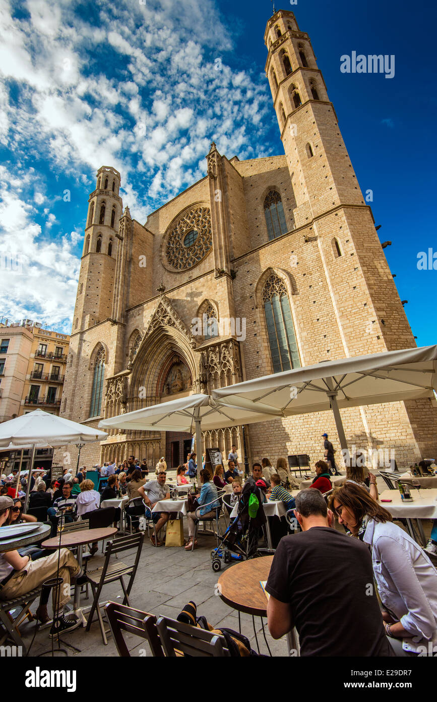 Outdoor cafe with Santa Maria del Mar church behind, Born district, Barcelona, Catalonia, Spain - Stock Image