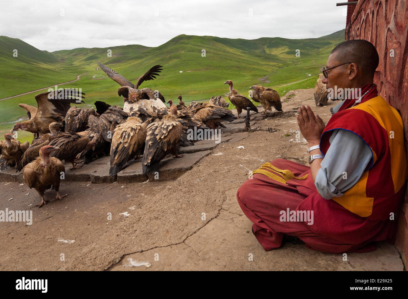 China, Tibet, Amdo, ragyapa, or monk in charge of performing the rituals of the Dead, during a sky burial funeral - Stock Image