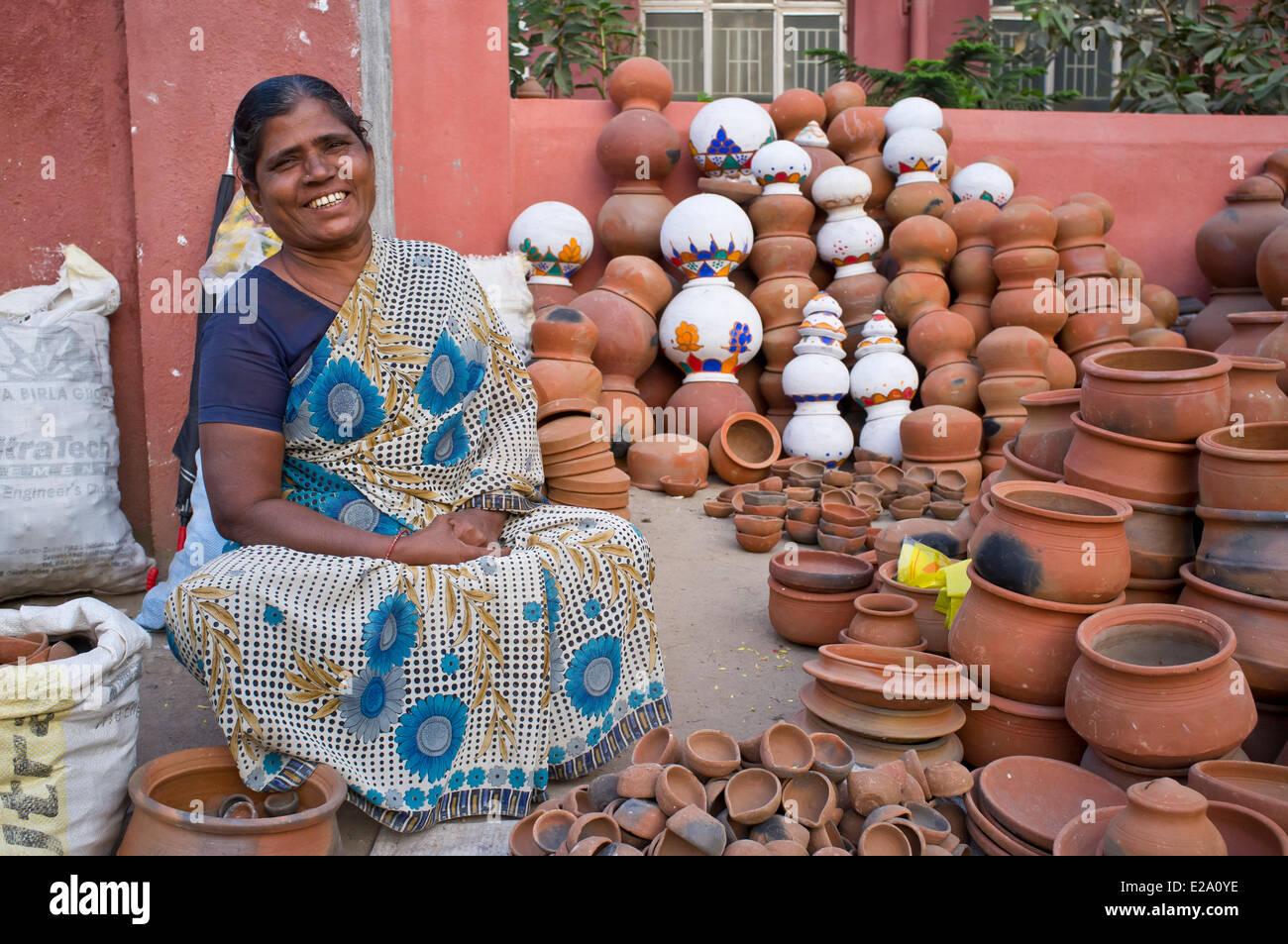 India, Tamil Nadu state, Tiruvannamalai, a potteries saleswoman - Stock Image