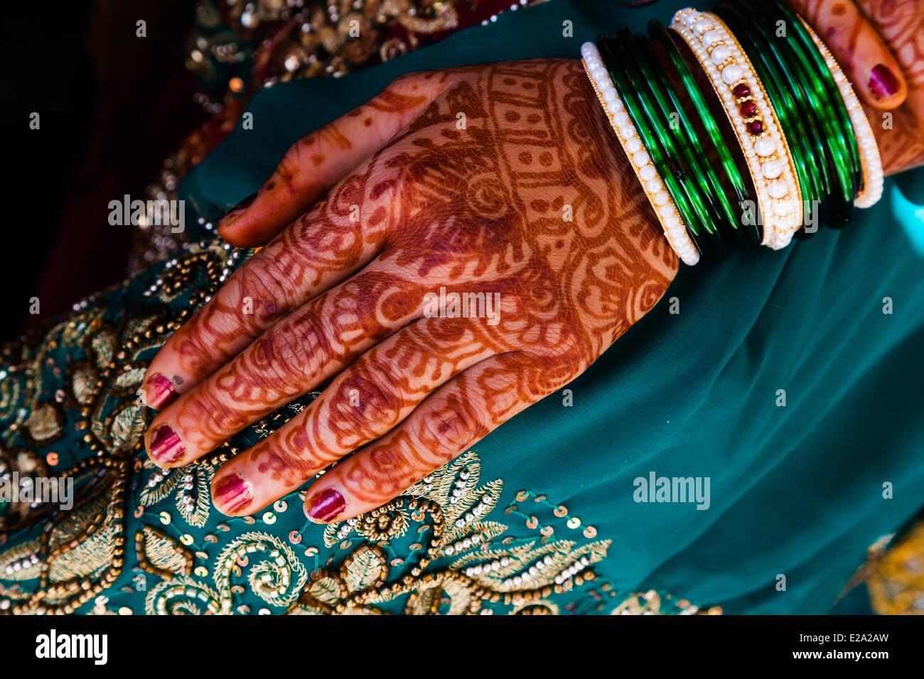 India, Maharashtra state, Trimbak, bride hand with henna tattoos - Stock Image