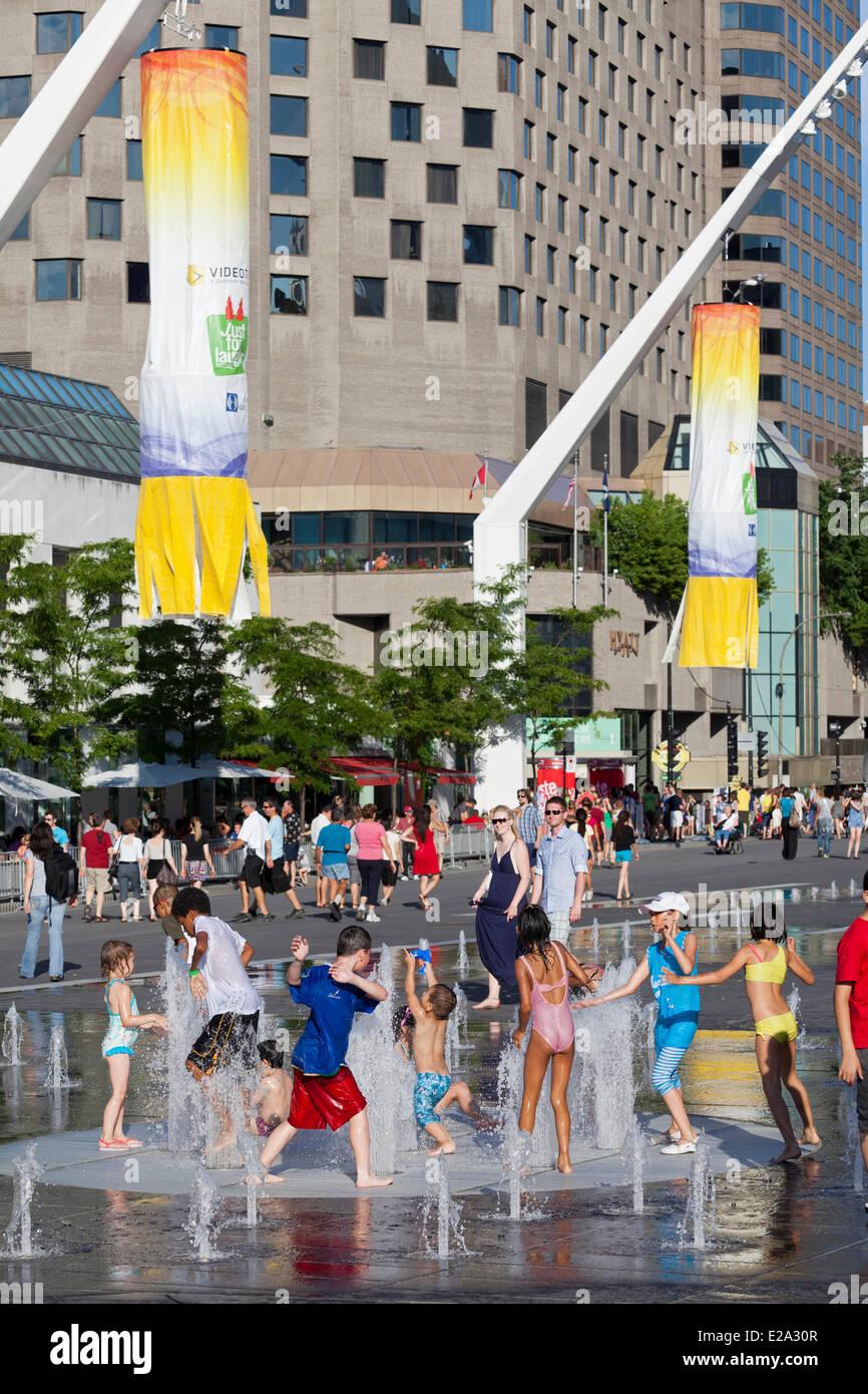 Canada, Quebec Province, Montreal, quartier des Spectacles, place des Festivals, fountains and children - Stock Image