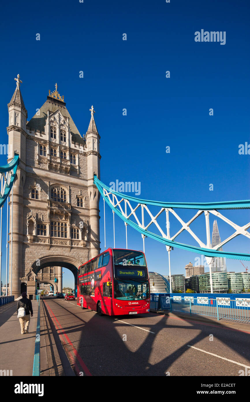 United Kingdown, London, Tower Bridge lift bridge crossing the Thames, between the districts of Southwark and Tower - Stock Image