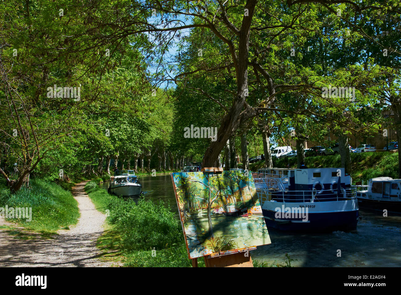 France, Aude, Navigation on the Canal du Midi, listed as World Heritage by UNESCO, painter on the towpath - Stock Image