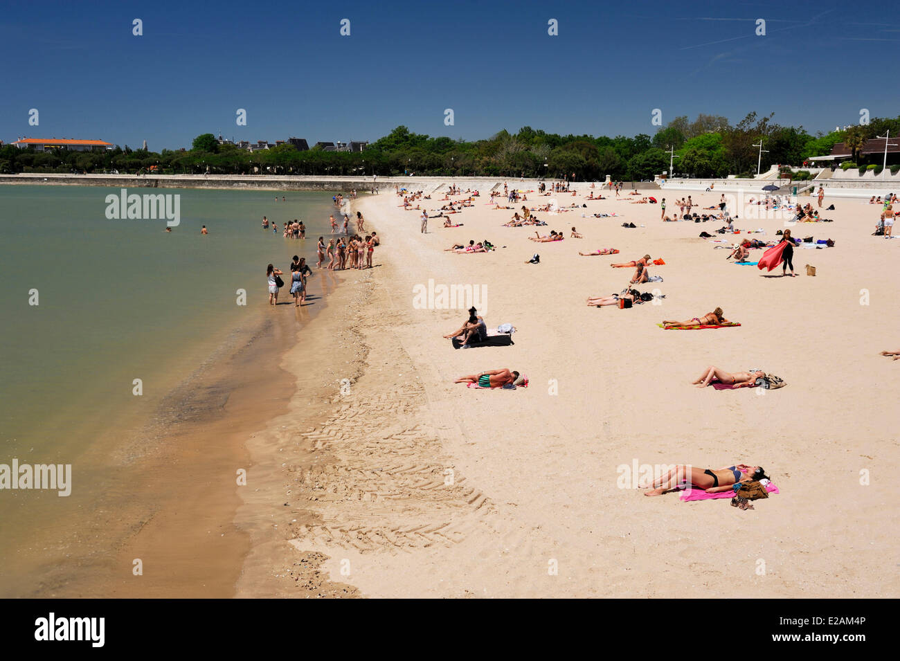 France, Charente Maritime, La Rochelle, tourists on the Plage de la Concurrence (Concurrence Beach) - Stock Image