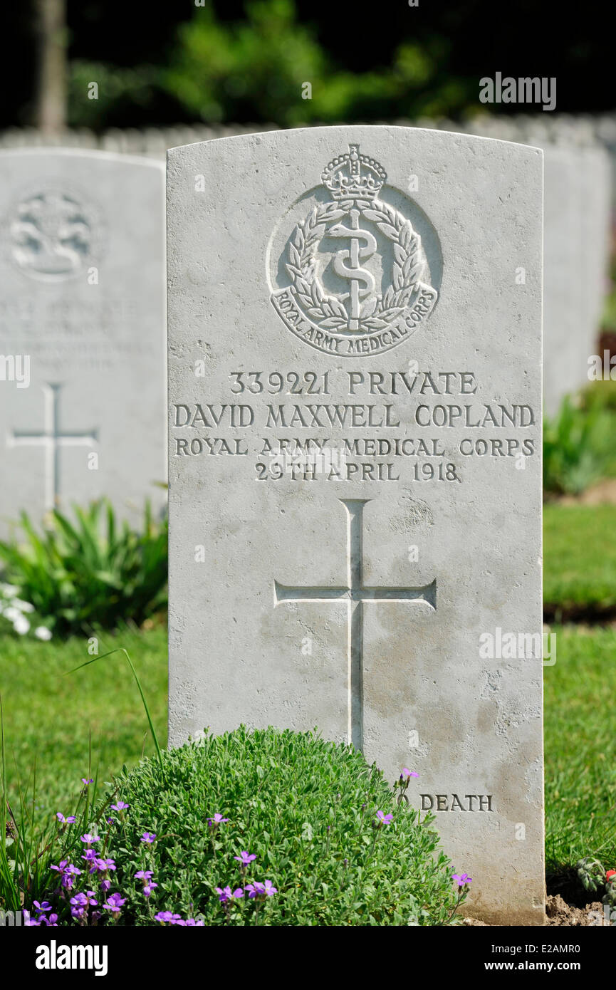 France, Pas de Calais, Etaples, british military cemetery from World War I, grave flowered front view - Stock Image