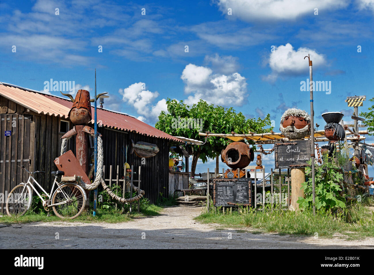 France, Gironde, L'Herbe, rusted metal sculptures by Thierry Despujols in an oyster in front of a wooden hut - Stock Image