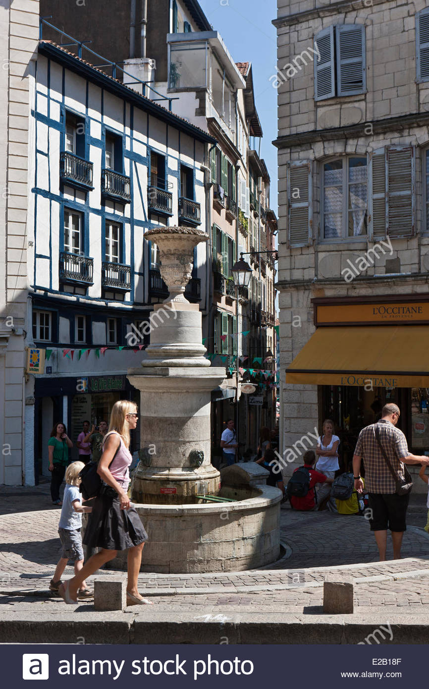 France, Pyrenees Atlantiques, Basque Country, Bayonne, old houses and fountain Place Pasteur Street and Pillory - Stock Image