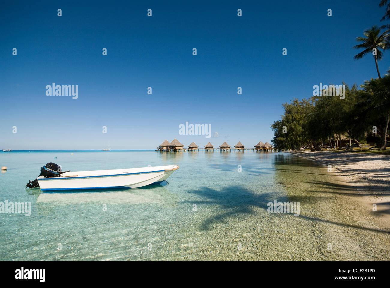 France, French Polynesia, Tuamotu islands, Rangiroa Atoll, motor boat to the beach bungalows - Stock Image