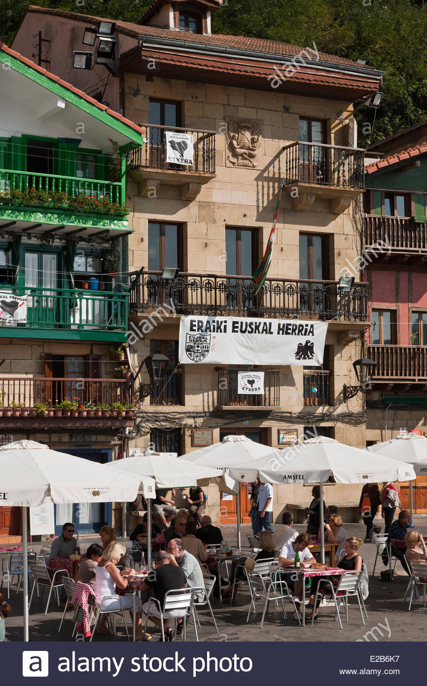Spain, Basque Country, Guipuzcoa Province, Pasaia Donibane, cafe terraces and houses in the fishermen district - Stock Image