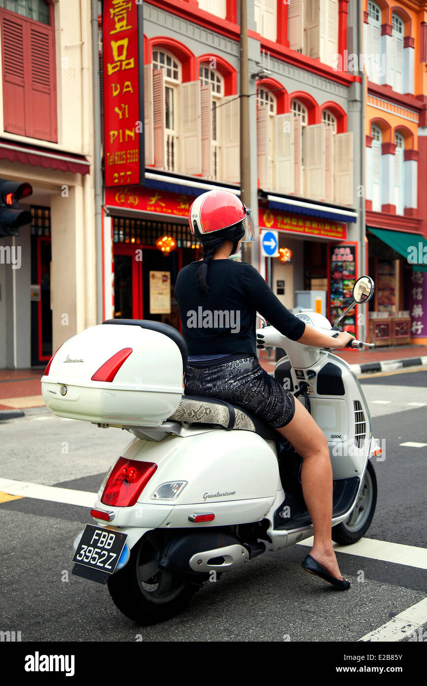 Singapore, Chinatown, South Bridge Road, scooter at red light - Stock Image