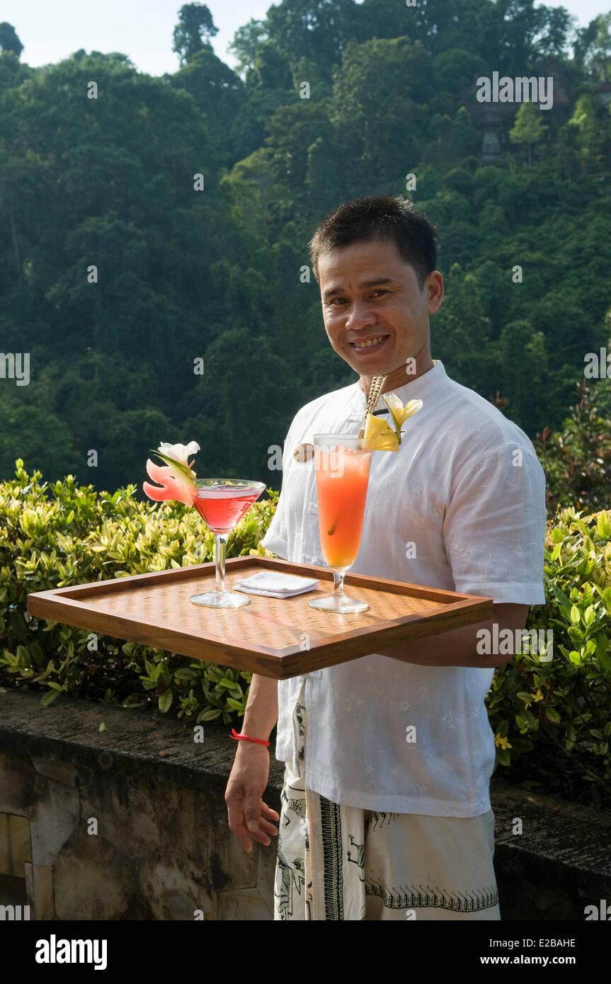 Indonesia, Bali, Ubud, Buahan Payangan, Ubud Hanging Gardens hotel group Orient Express server with two cocktails - Stock Image