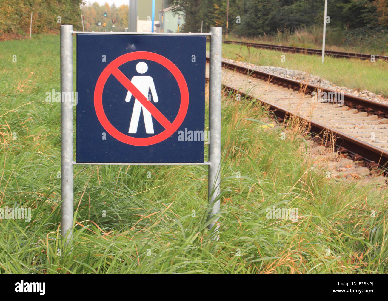 Sign prohibits access to a railway area - Stock Image