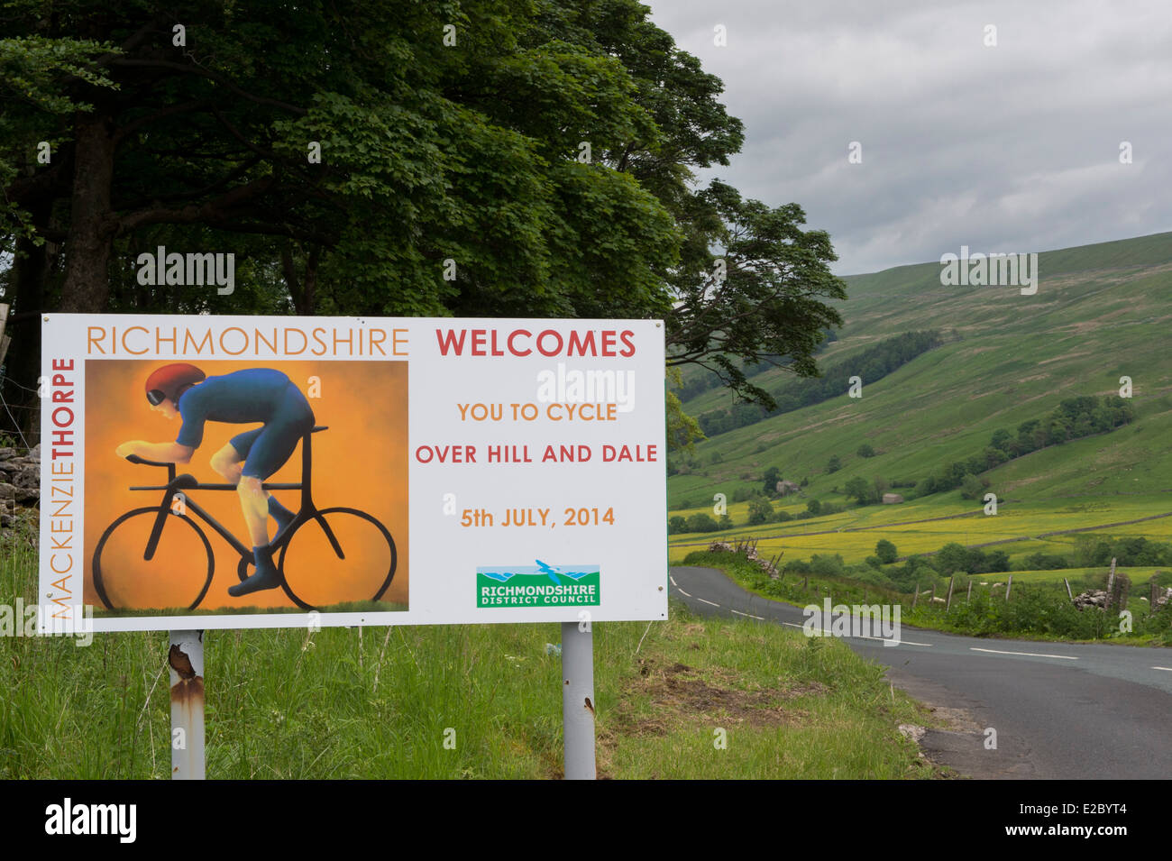 Richmondshire District Council boundary welcome sign (designed by artist Mackenzie Thorpe) with scenic countryside - Stock Image