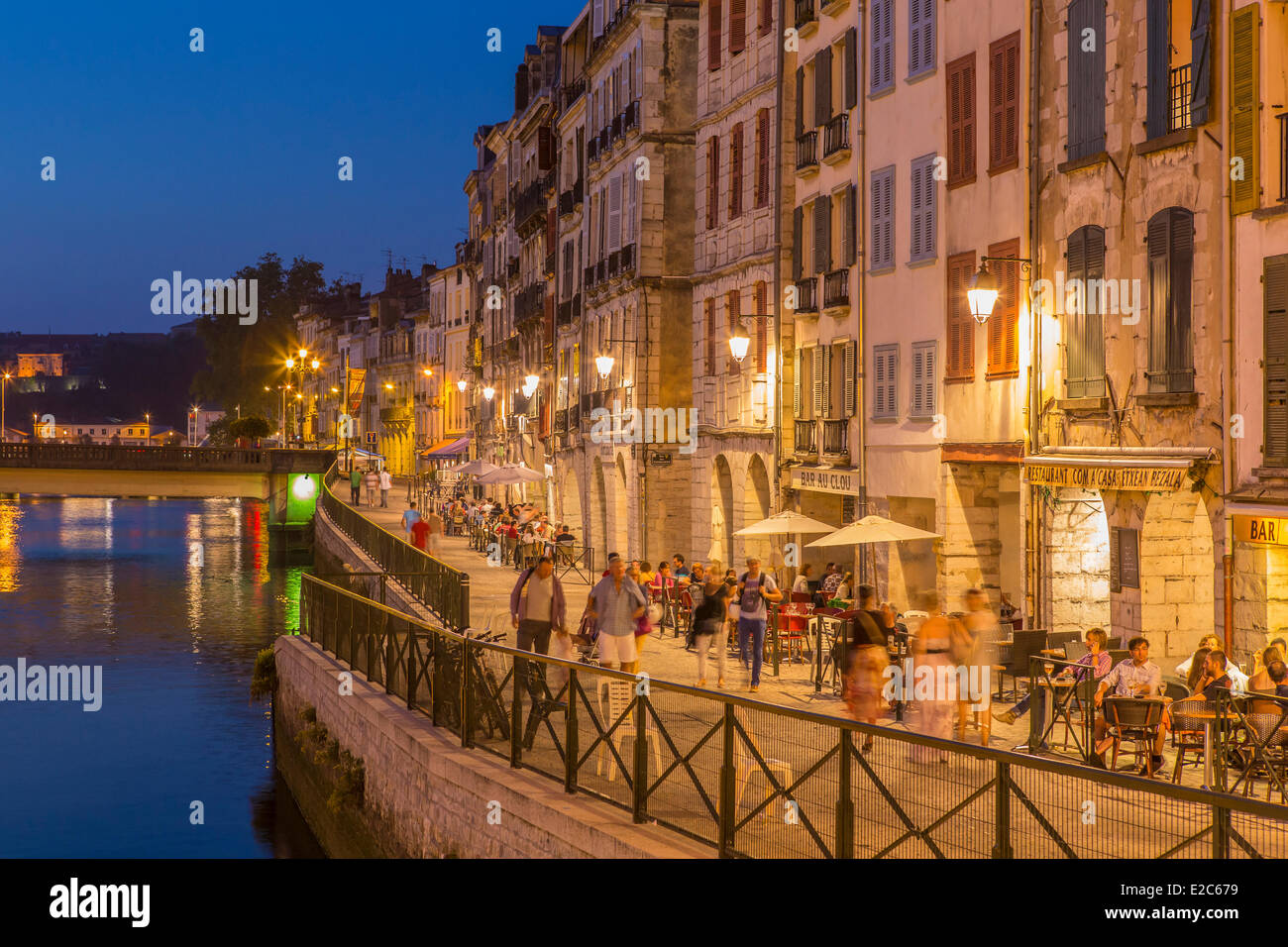 France, Pyrenees Atlantiques, Bayonne, quay of Corsaires, traditional architecture on Nive river banks - Stock Image