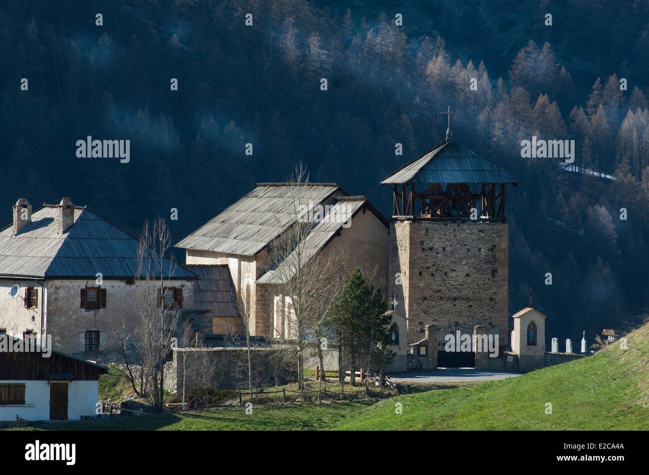 France, Hautes Alpes, Regional Natural Park of Queyras, Molines en Queyras, church and cemetery - Stock Image