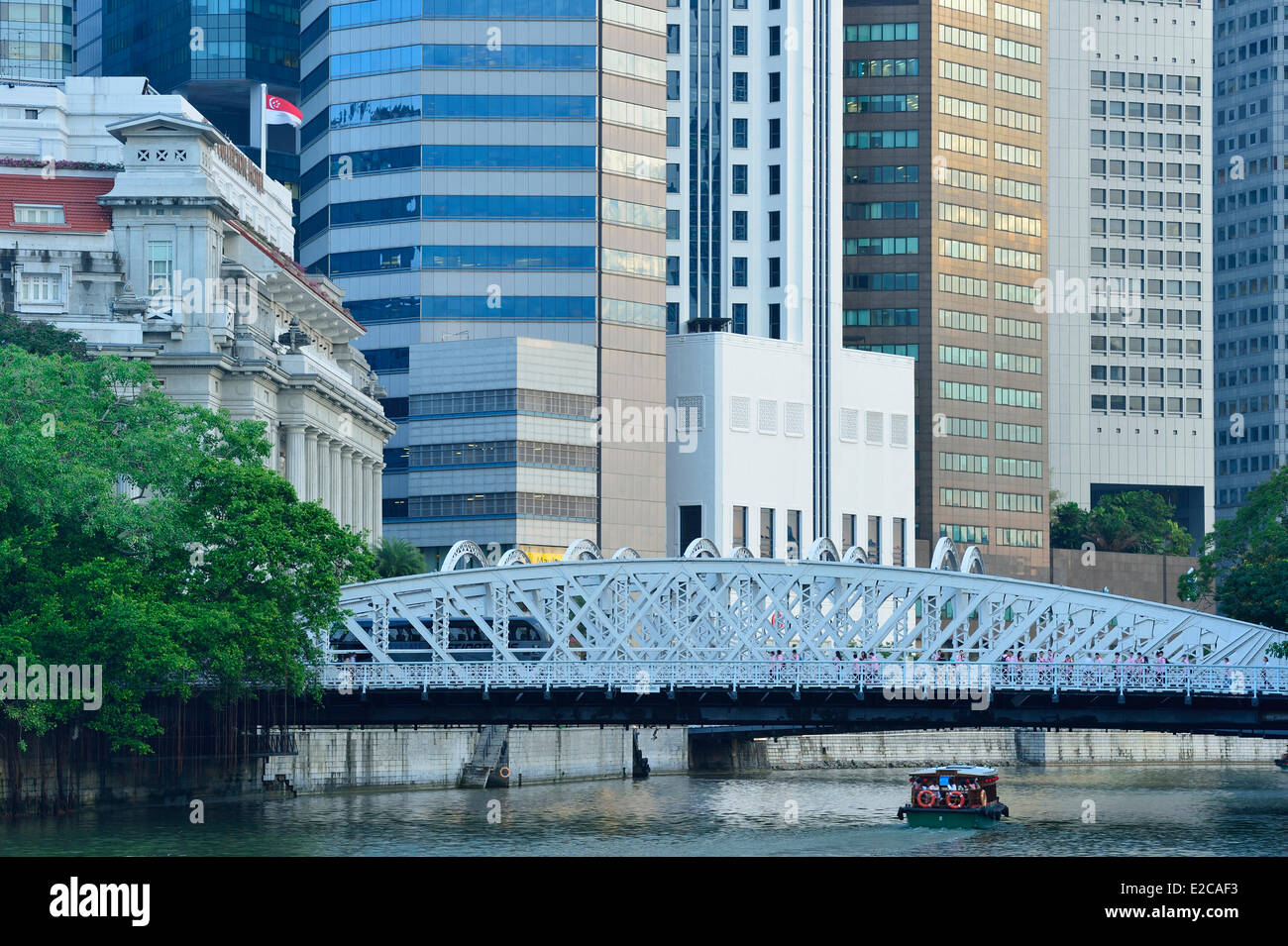 Singapore, the Anderson Bridge built in 1910 over the Singapore river replaces the Cavenagh Bridge now pedestrian - Stock Image