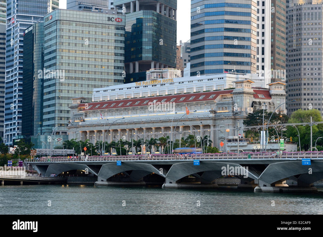 Singapore, Marina Bay, the hotel Fullerton and the business district - Stock Image