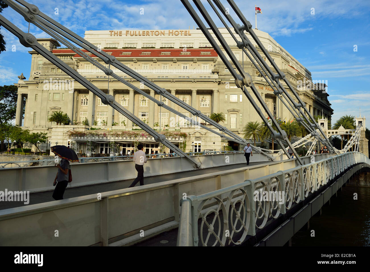 Singapore, the suspension Cavenagh Bridge built in 1869 and the Fullerton hotel - Stock Image