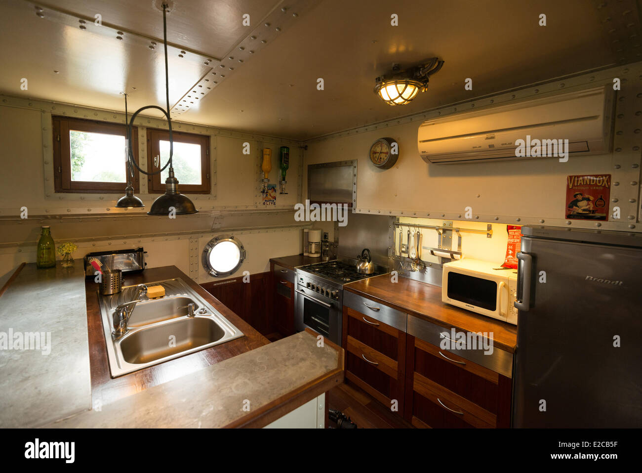 France, Ille et Vilaine, Chevaigne, hostel barge of the lock of Grugedaine - Stock Image