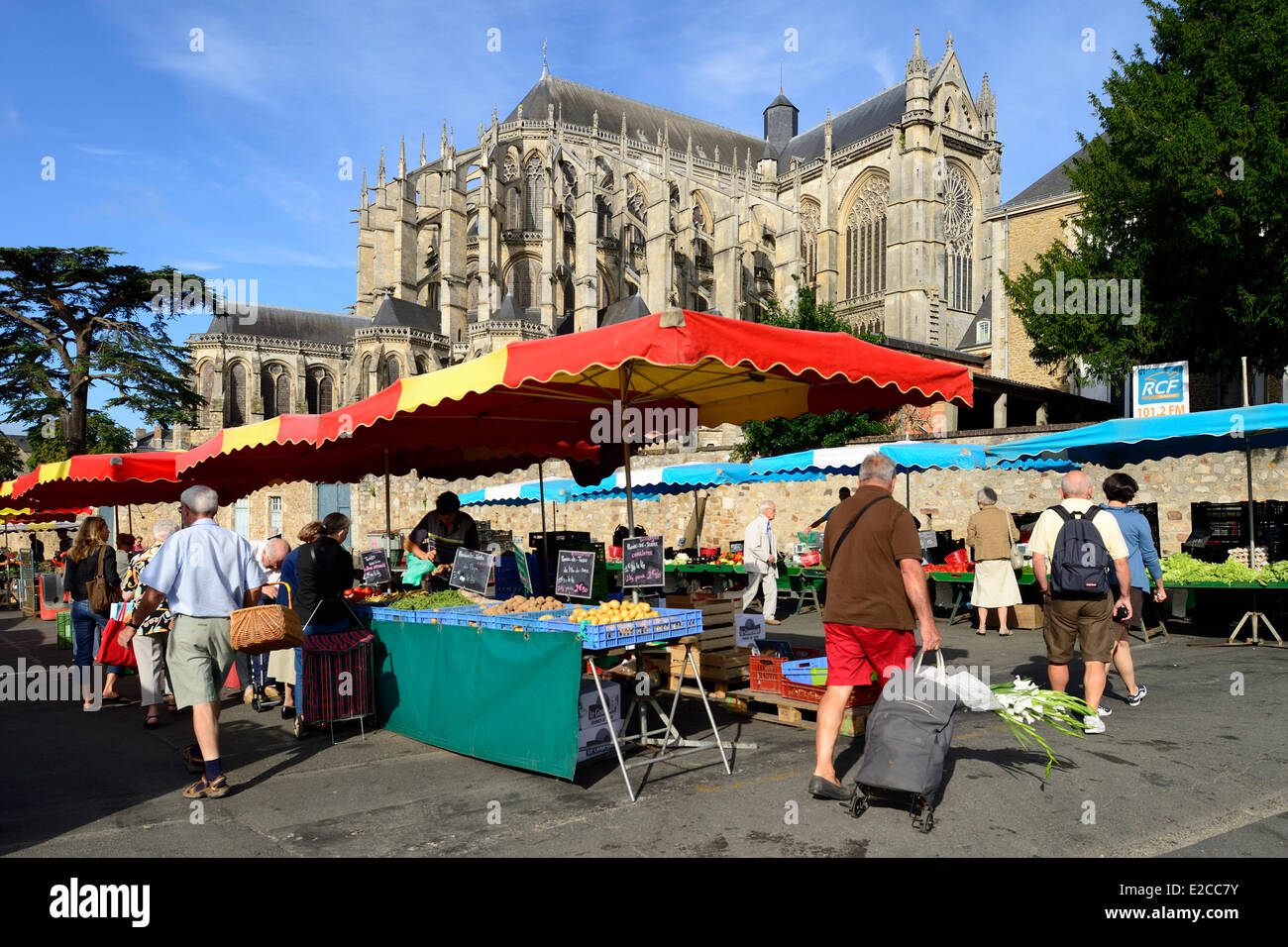 France, Sarthe, Le Mans,Cite Plantagenet (Old Town), market day in front of the Saint Julien cathedral Stock Photo