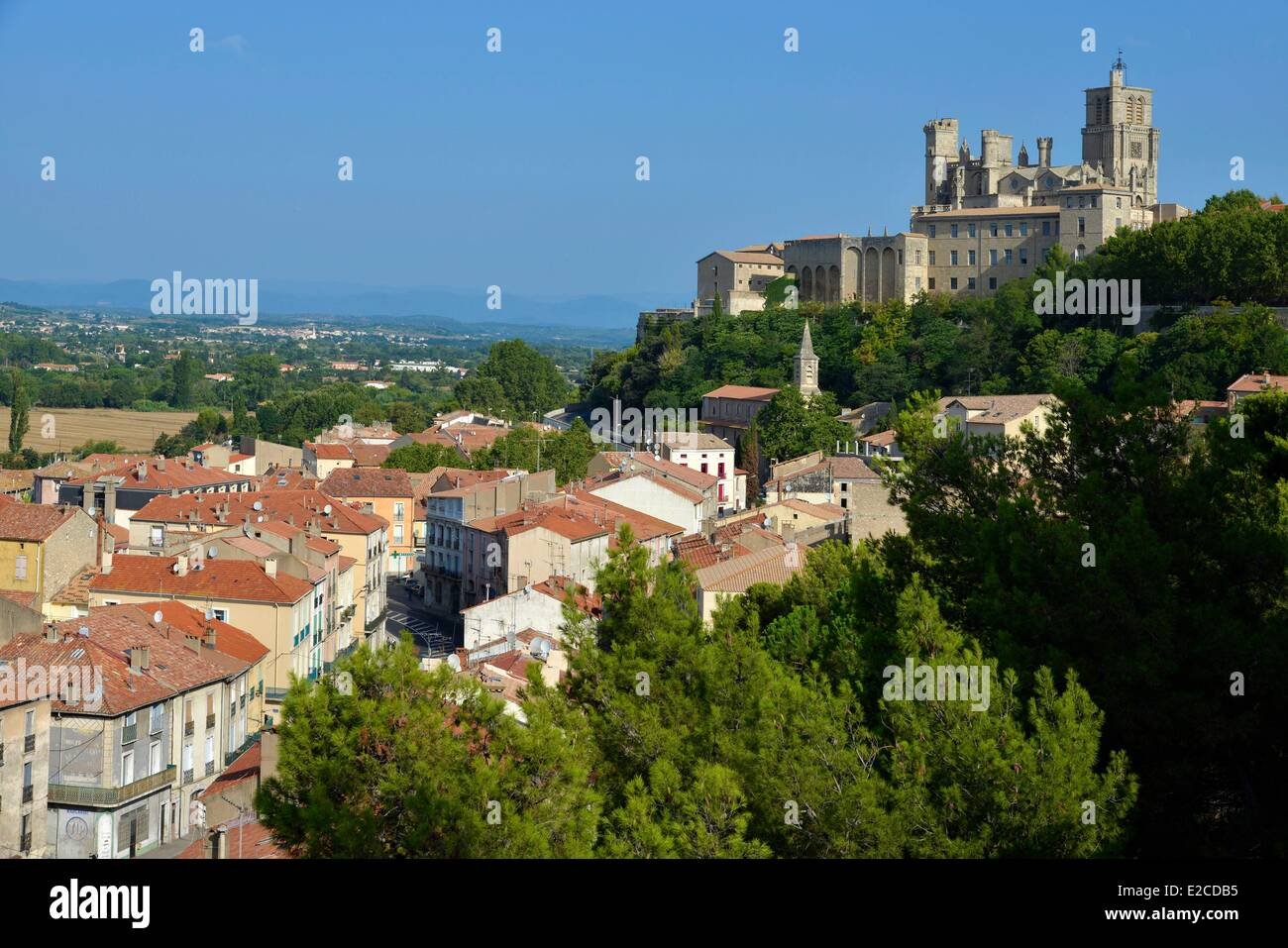 France, Herault, Beziers, sight on the suburbs of the city since the square Saint Jacques with the Cathedral Saint - Stock Image