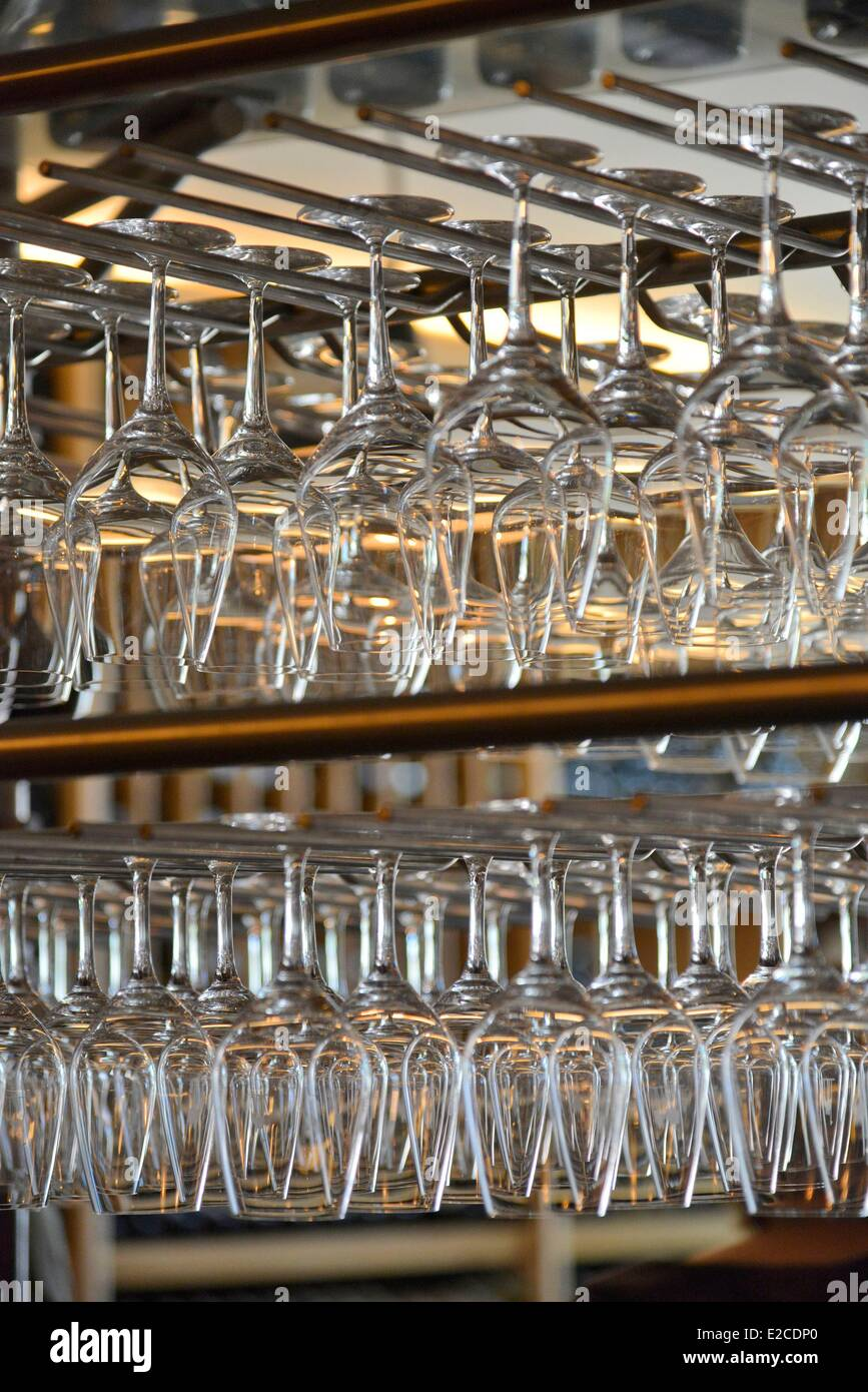 France, Herault, Beziers, wine bar and tapas Le Chameau ivre, set of shelves of stemmed glasses in a ratelier - Stock Image