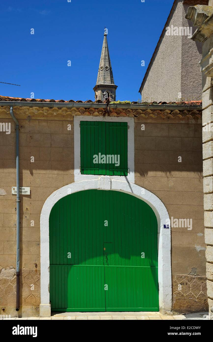 France, Herault, Corneilhan, house vine grower; green carriage entrance - Stock Image